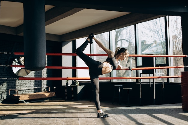 Страсть женщины в спортивном зале. спортивная девушка делает упражнения в тренажерном зале