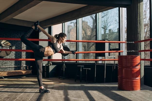 Спортивная девушка в спортивном зале. красивая спортивная девушка делает упражнения
