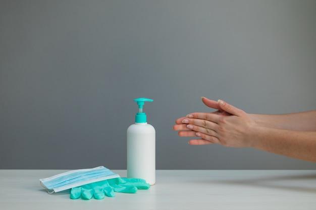 清潔な手のための消毒ゲル衛生コロナウイルス拡散防止。手を洗う代わりにアルコールこすりを使用している女性。