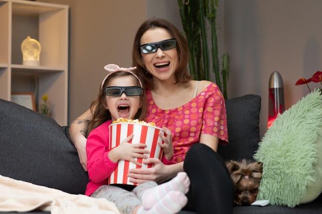 Время семьи ослабляет с ребенк маленькой девочки на софе в концепции живущей комнаты.