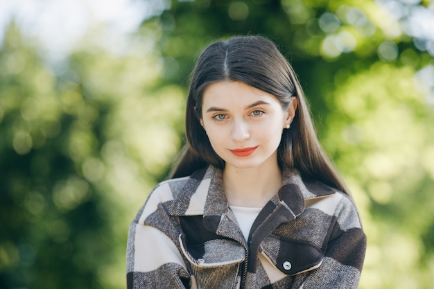 公園のシャツの若い美しい女性