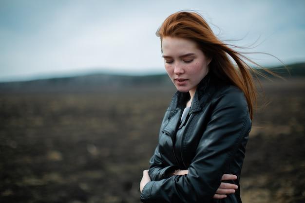 Одинокая романтическая девушка в черном пиджаке подумала.