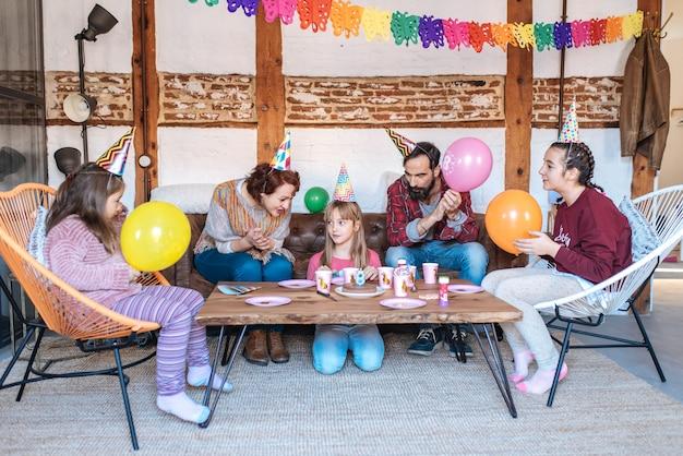 小さな女の子の誕生日を祝う幸せな家族