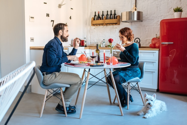 Пожилая пара, романтический ужин дома на день святого валентина