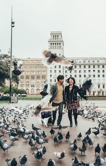 Азиатская пара счастлива турист работает с чемоданом