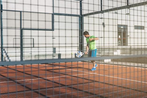 Спортсмен играет в падель