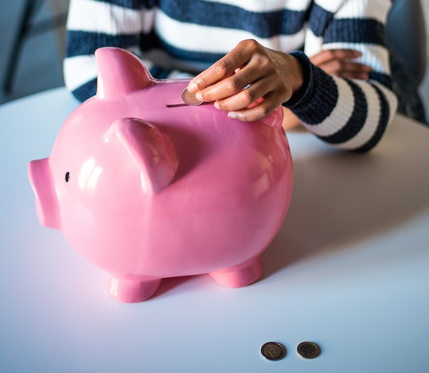 貯金を保存する黒人女性