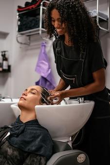 サロンで洗った髪を持つ女性