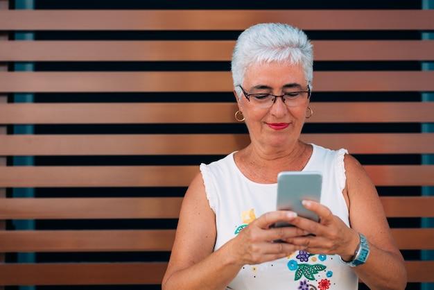 携帯電話で幸せな高齢女性