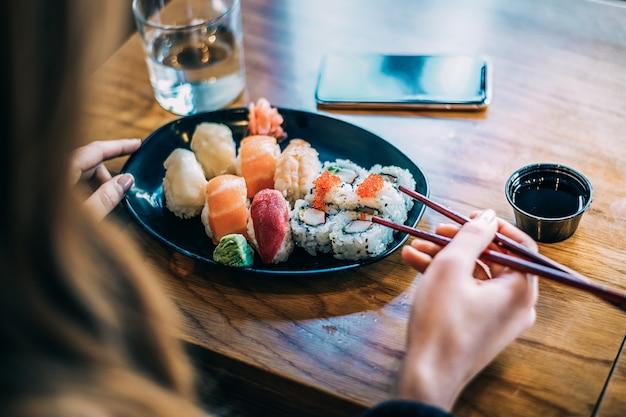 寿司を食べる女