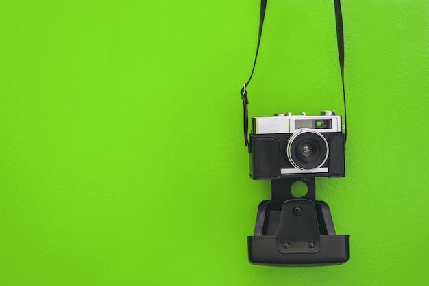 Старинный фотоаппарат на зеленой стене
