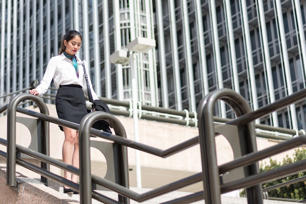 階段の上の若いビジネス女性