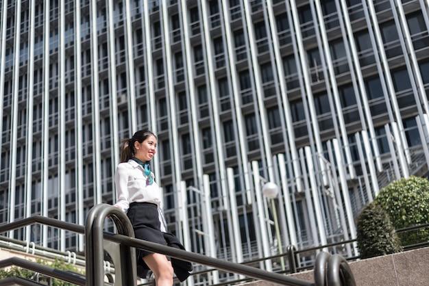 Молодая деловая женщина на лестнице