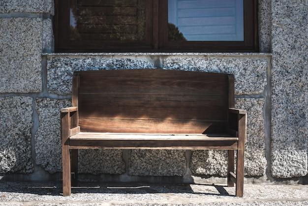 Сельский домик с деревянной скамейкой и окнами
