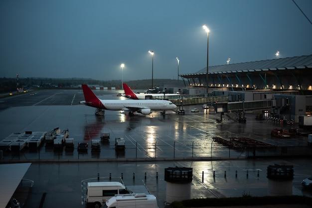 Здание терминала аэропорта с самолетами