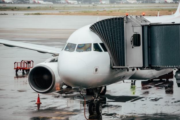 飛行機で空港ターミナルビル