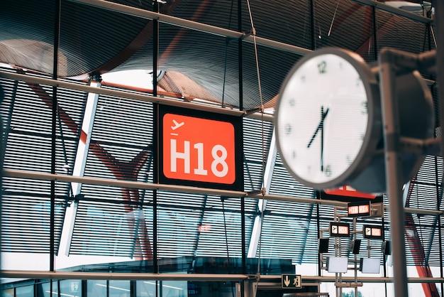 Часы терминала аэропорта