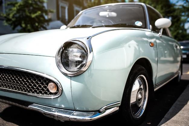 Красивый милый классический синий винтажный автомобиль