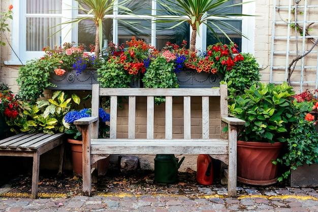 ロンドンの美しい素朴な家の前庭