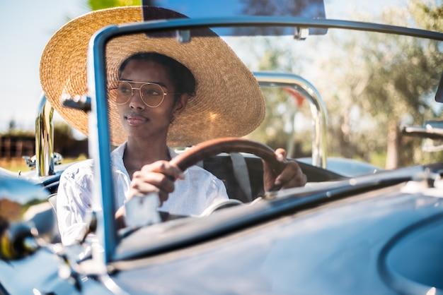 Красивая женщина за рулем старинных кабриолетов