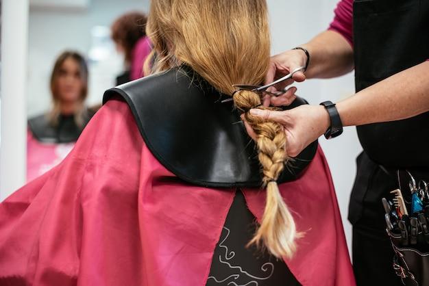 Женщина жертвует волосы на рак