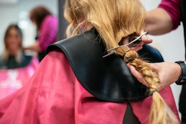 がんのために髪を寄付する女性