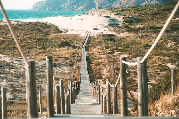 ビーチで木製の歩道橋