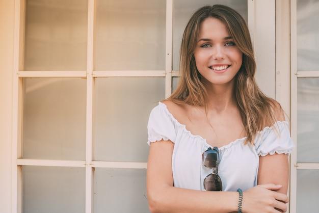 幸せな美しい若い女性の肖像画
