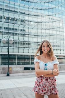 Портрет счастливой красивой молодой женщины