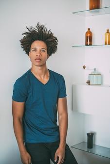 Портрет молодого черного подростка