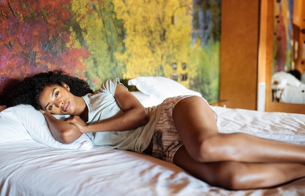 Красивая черная женщина в постели