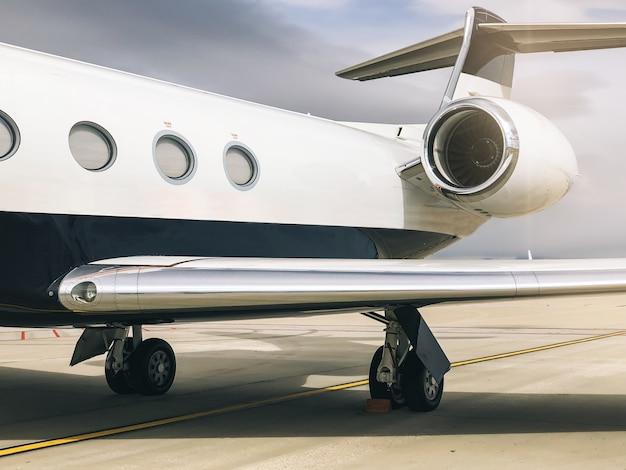 Частный роскошный самолет на терминале аэропорта