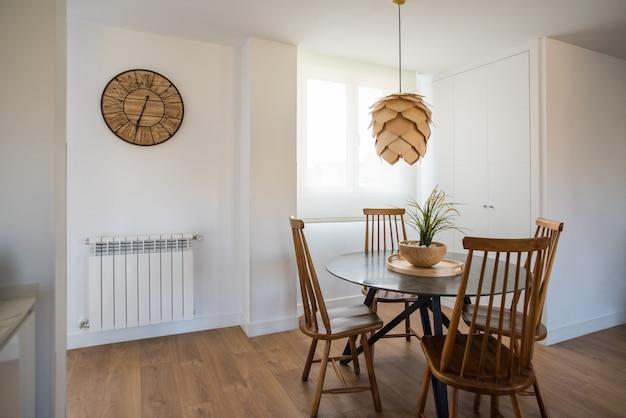 Дизайн интерьера дома и современный деревянный стол и стул