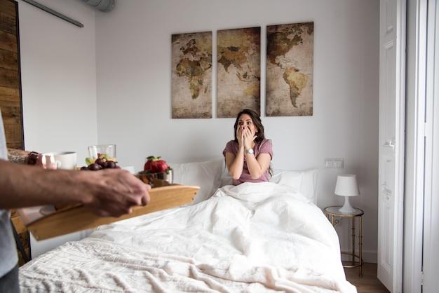 Молодая пара дома с завтраком в постели сюрприз