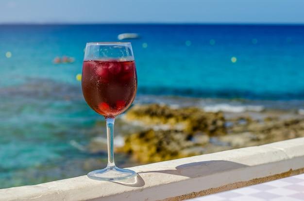海のバーでサングリアのガラス