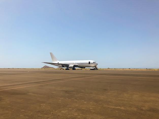 Аэропорт на рассвете с самолетом, ожидающим полета