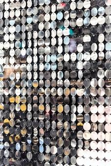 たくさんの光沢のあるスパンコールの壁