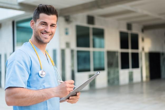 Медсестра со стетоскопом и планшетом