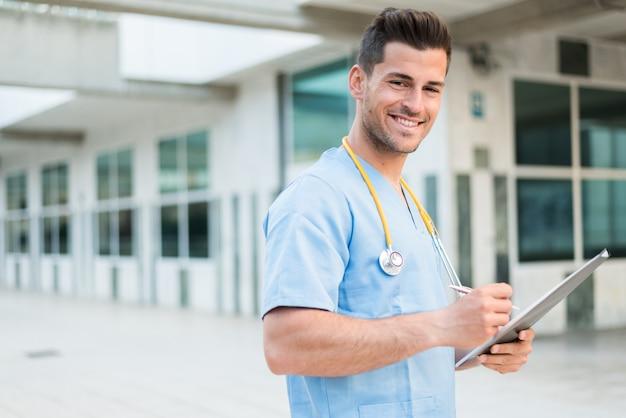 Мужской медсестра ветеринар с стетоскоп и планшет
