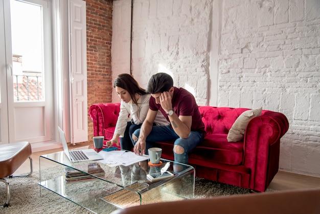 財政問題と感情的なストレスを持つ若い夫婦
