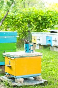 飛んでいる蜂のクローズアップ。木製の蜂の巣とミツバチ。