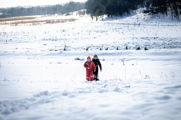 二人の少年が雪山に登る