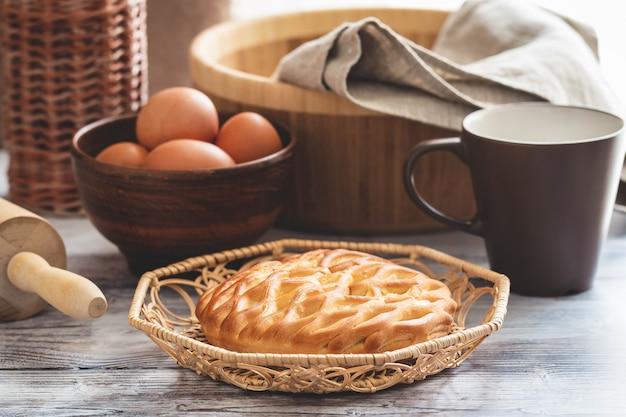 Свежий домашний открытый пирог с творогом и изюмом