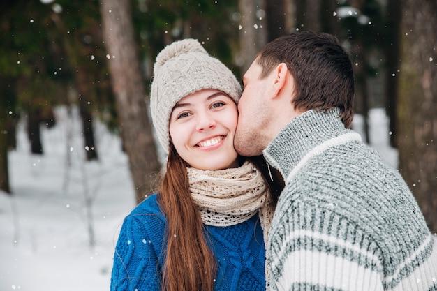 寒い冬の天候で官能的なカップルの屋外のポートレート。愛とキス