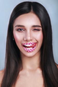 Валентина сердца сладкий макияж. день святого валентина макияж губ с розовыми сердечками сахарной посыпать. поцелуй на губах. , день святого валентина.