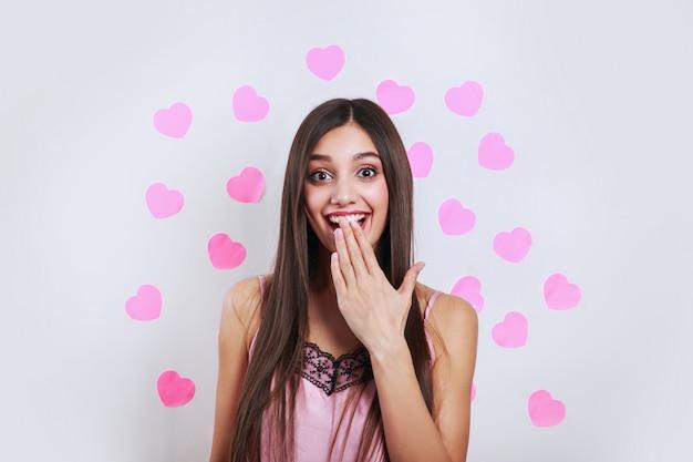 美しいブルネットの女性の驚きの。表情豊かな表情。バレンタインデーの愛の概念