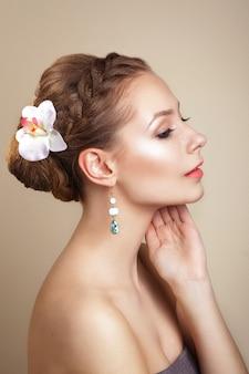 髪に蘭の花を持つ女性。