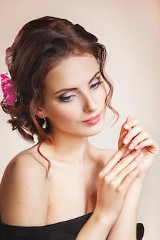 彼女の髪に花を持つ女性