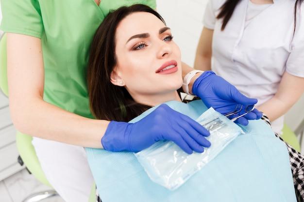 歯科医師が滅菌器具をバッグから取り出します