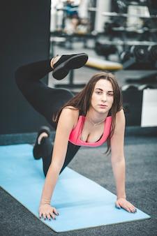 Девушка в штанах для йоги занимается гимнастикой